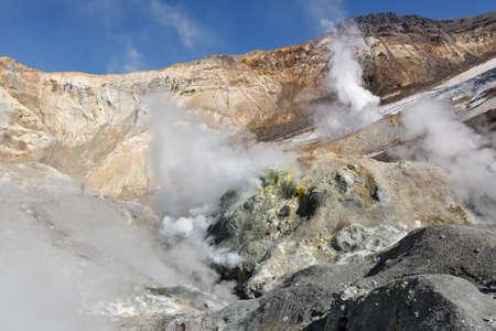 fumarole: Paisaje volc�nico de Kamchatka: azufre y campo de fumarolas en el cr�ter del volc�n Mutnovsky activo. Lejano Oriente de Rusia pen�nsula de Kamchatka.