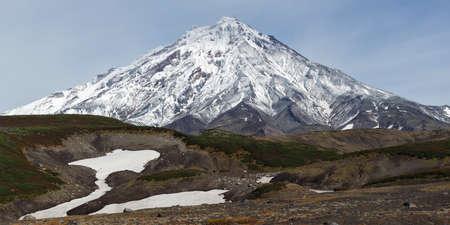 far east: Volcán Koryaksky Koryakskaya Sopka volcán activo de la península de Kamchatka. Hermosas vistas panorámicas de otoño del volcán. Lejano Oriente de Rusia. Foto de archivo