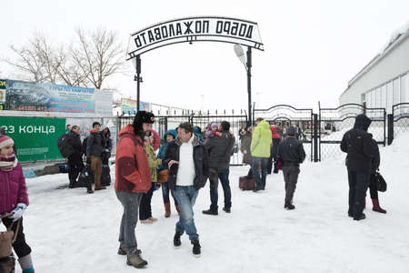 far east: Petropavlovsk-KAMCHATSKY, de Kamchatka, Rusia - el 19 de marzo 2015: La gente en la salida de zona de pasajeros de la plataforma. Terminal de aeropuerto de Petropavlovsk-Kamchatsky City (aeropuerto Yelizovo) en Extremo Oriente de Rusia. Editorial