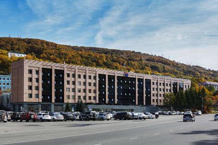 lejano oriente: Petropavlovsk-KAMCHATSKY, KAMCHATKA, Rusia - 01 de octubre de 2012: Ver en el edificio del gobierno Kamchatsky Krai en la ciudad de Petropavlovsk-Kamchatsky. Rusia, Lejano Oriente, la pen�nsula de Kamchatka.
