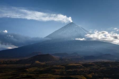 Klyuchevskaya Sopka Kliuchevskoi 캄차카 (Kamchatka)의 가장 높은 산이며 유라시아 (Eurasia)의 가장 활발한 화산입니다. 일몰에서 활화산의 아름 다 스톡 콘텐츠