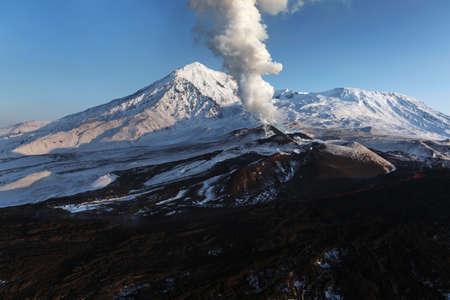 lejano oriente: Hermosa naturaleza de Kamchatka: Erupci�n del volc�n Tolbachik. Rusia, Lejano Oriente, la pen�nsula de Kamchatka. Foto de archivo
