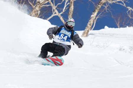 """far east: KAMCHATKA, Rusia - 09 de marzo 2014: Paseos del Snowboarder monta�as escarpadas. Competiciones freeride esquiadores y snowboarders """"Kamchatka Freeride Copa Abierta"""". Rusia, Lejano Oriente, la pen�nsula de Kamchatka. Editorial"""