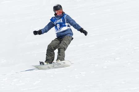 """lejano oriente: KAMCHATKA, Rusia - 09 de marzo 2014: Chica snowboarder monta monta�as escarpadas. Competiciones freeride esquiadores y snowboarders """"Kamchatka Freeride Copa Abierta"""". Rusia, Lejano Oriente, la pen�nsula de Kamchatka."""
