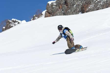 """lejano oriente: KAMCHATKA, Rusia - 09 de marzo 2014: Chica snowboarder monta montañas escarpadas. Competiciones freeride esquiadores y snowboarders """"Kamchatka Freeride Copa Abierta"""". Rusia, Lejano Oriente, la península de Kamchatka."""