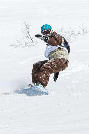 """lejano oriente: KAMCHATKA, Rusia - 09 de marzo 2014: Paseos del Snowboarder monta�as escarpadas. Competiciones freeride esquiadores y snowboarders """"Kamchatka Freeride Copa Abierta"""". Rusia, Lejano Oriente, la pen�nsula de Kamchatka. Editorial"""