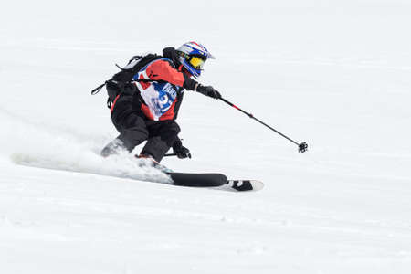"""lejano oriente: KAMCHATKA, Rusia - 09 de marzo 2014: El esquiador monta montañas escarpadas. Competiciones freeride esquiadores y snowboarders """"Kamchatka Freeride Copa Abierta"""". Rusia, Lejano Oriente, la península de Kamchatka."""