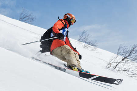 """lejano oriente: KAMCHATKA, Rusia - 09 de marzo 2014: El esquiador monta montañas escarpadas. Competiciones freeride snowboarders y esquiadores """"Kamchatka Freeride Copa Abierta"""". Rusia, Lejano Oriente, la península de Kamchatka."""