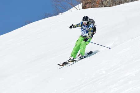 """lejano oriente: KAMCHATKA, Rusia - 09 de marzo 2014: Chica esquiador monta monta�as escarpadas. Competiciones freeride esquiadores y snowboarders """"Kamchatka Freeride Copa Abierta"""". Rusia, Lejano Oriente, la pen�nsula de Kamchatka."""