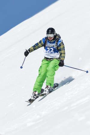 """lejano oriente: KAMCHATKA, Rusia - 09 de marzo 2014: Chica esquiador monta monta�as escarpadas. Competiciones freeride snowboarders y esquiadores """"Kamchatka Freeride Copa Abierta"""". Rusia, Lejano Oriente, la pen�nsula de Kamchatka."""