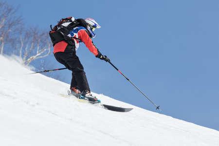 """far east: KAMCHATKA, Rusia - 09 de marzo 2014: El esquiador monta montañas escarpadas. Competiciones freeride esquiadores y snowboarders """"Kamchatka Freeride Copa Abierta"""". Rusia, Lejano Oriente, la península de Kamchatka."""
