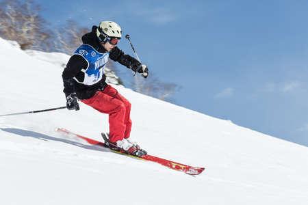 """lejano oriente: KAMCHATKA, Rusia - 09 de marzo 2014: El esquiador monta monta�as escarpadas. Competiciones freeride esquiadores y snowboarders """"Kamchatka Freeride Copa Abierta"""". Rusia, Lejano Oriente, la pen�nsula de Kamchatka."""