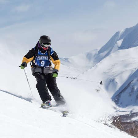 """lejano oriente: KAMCHATKA, Rusia - 09 de marzo 2014: El esquiador monta monta�as escarpadas. Competiciones freeride snowboarders y esquiadores """"Kamchatka Freeride Copa Abierta"""". Rusia, Lejano Oriente, la pen�nsula de Kamchatka."""