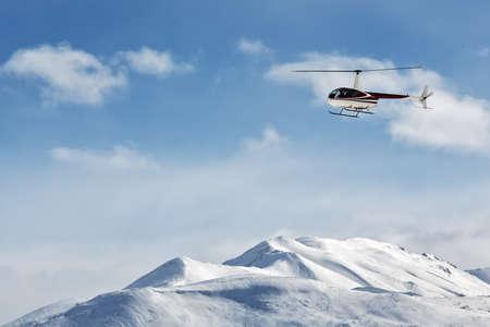lejano oriente: KAMCHATKA, Rusia - 09 de marzo 2013: Helic�ptero Robinson R44 Astra volando sobre las monta�as en el Kamchatka en el hermoso clima soleado. Lejano Oriente de Rusia, la pen�nsula de Kamchatka.