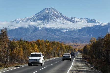 far east: KAMCHATKA, Rusia - 30 de septiembre 2012: Opini�n del oto�o de los coches en la carretera al Volc�n Avachinsky activa en la pen�nsula de Kamchatka en un d�a sin nubes soleado con cielos azules. Rusia, Lejano Oriente. Editorial