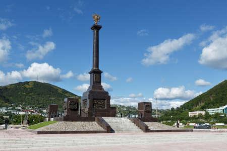 lejano oriente: Petropavlovsk de Kamchatka, KAMCHATKA, Rusia - SEP 07, 2015: Vista panor�mica de la Ciudad estela de la Gloria Militar en la ciudad de Petropavlovsk-Kamchatsky en un d�a soleado. Rusia, Lejano Oriente.