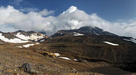 far east: pintoresco paisaje volcánico de Kamchatka: hermosa vista panorámica del volcán Mutnovsky, la actividad fumarólica del volcán - emisiones de vapor y gas de cráter. Rusia, Lejano Oriente, la península de Kamchatka. Foto de archivo