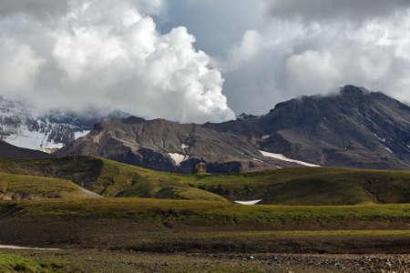 lejano oriente: hermoso paisaje volc�nico de la pen�nsula de Kamchatka: pintoresca vista del volc�n activo Mutnovsky, la actividad fumar�lica del volc�n - emisiones de vapor y gas de cr�ter. Kamchatka, Extremo Oriente, Rusia.