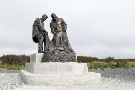 far east: UST-KAMCHATSKY, KAMCHATKA, Rusia - SEP 20, 2015: Vista del monumento de bronce a la gloria del pescador, o Monumento a los pescadores Dos pescadores que tiran de una red de pesca de peces. Kamchatka, Extremo Oriente de Rusia.