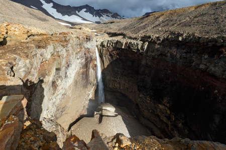lejano oriente: Hermoso paisaje de Kamchatka: vistas pintorescas de Dangerous Opasny Ca��n Ca��n, cascada en el r�o Vulkannaya bajo el volc�n Mutnovsky activo. Pen�nsula de Kamchatka, Extremo Oriente, Rusia.