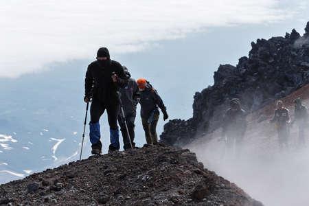 lejano oriente: VOLCÁN Avacha, KAMCHATKA, Rusia - July 08, 2014: El ir de excursión en Kamchatka - un grupo de turistas que suben al cráter cima del volcán Avachinsky activa en Kamchatka Peninsula Lejano Oriente ruso.