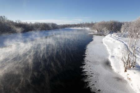lejano oriente: Pintoresco paisaje invernal: vista del r�o Kamchatka r�o m�s grande de la pen�nsula de Kamchatka, en un d�a soleado helada. Eurasia, Lejano Oriente ruso, Kamchatka Krai. Foto de archivo