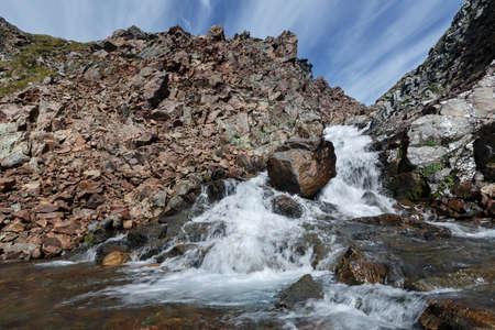 lejano oriente: Pintoresco paisaje de monta�a de verano: Vista belleza del r�o de monta�a en los acantilados sobre un fondo de cielo azul con nubes en un d�a soleado. Eurasia, Federaci�n de Rusia, el Lejano Oriente, la pen�nsula de Kamchatka.