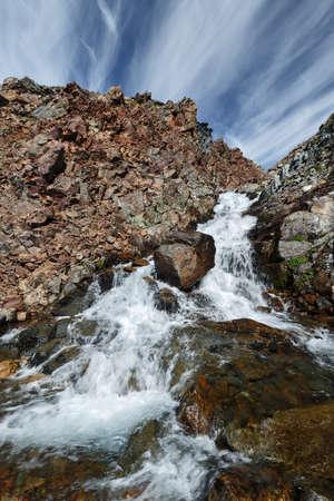 lejano oriente: Hermoso paisaje de montaña de verano: pintoresca vista del río de montaña en los acantilados sobre un fondo de cielo azul con nubes en un día soleado. Eurasia, Lejano Oriente ruso, península de Kamchatka. Foto de archivo
