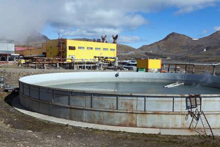 lejano oriente: Mutnovsky VOLC�N, KAMCHATKA, Rusia - SEP 21, 2011: Vista de la piscina para recoger el agua termal de residuos en la central el�ctrica geot�rmica Mutnovskaya. Eurasia, Lejano Oriente ruso, pen�nsula de Kamchatka. Editorial