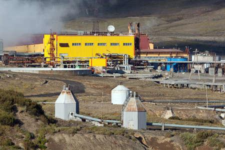 lejano oriente: Mutnovsky VOLC�N, KAMCHATKA, Rusia - SEP 21, 2011: Vista de la central el�ctrica geot�rmica Mutnovskaya en la pen�nsula de Kamchatka. Eurasia, Lejano Oriente ruso.