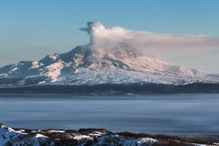 lejano oriente: Hermoso paisaje volc�nico de la pen�nsula de Kamchatka: Erupci�n del volc�n Shiveluch activa - emisi�n desde el cr�ter del volc�n penacho de gas, vapor y cenizas. Vista del volc�n al amanecer. Eurasia, Extremo Oriente, Rusia, Kamchatka Krai.