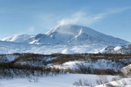 lejano oriente: Hermoso paisaje volc�nico de la pen�nsula de Kamchatka invierno: vista panor�mica del volc�n Krestovsky. Eurasia, Lejano Oriente de Rusia, Krai de Kamchatka, grupo Klyuchevskaya de los volcanes.