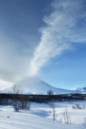 lejano oriente: La belleza del paisaje invernal de Kamchatka: opini�n de la tarde de la erupci�n del volc�n activo Klyuchevskoy Kliuchevskoi - eructos del cr�ter del volc�n del penacho de gas, vapor y cenizas. Eurasia, Extremo Oriente, Rusia, Kamchatka Krai.