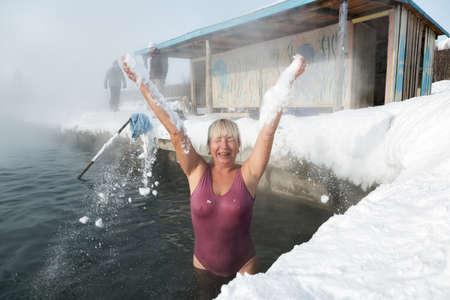 far east: Península de Kamchatka, Rusia - Feb 02, 2013: La mujer tiene un baño termal en la piscina de aguas termales en el invierno. Eurasia, Lejano Oriente de Rusia, Krai de Kamchatka, Anavgay Village. Editorial