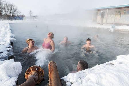 lejano oriente: Península de Kamchatka, Rusia - Feb 02, 2013: Un grupo de gente que se relaja en el invierno en la piscina con agua termal mineral natural. Eurasia, Lejano Oriente de Rusia, Krai de Kamchatka, Anavgay Village.