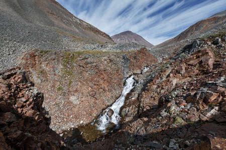 far east: Esc�nico Kamchatka paisaje de la monta�a: Vista belleza del r�o de monta�a en los acantilados en un d�a soleado. Eurasia, Federaci�n de Rusia, el Lejano Oriente, la pen�nsula de Kamchatka. Foto de archivo