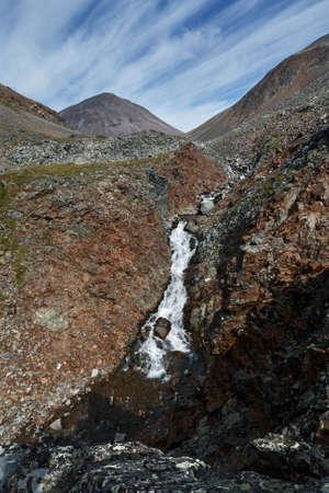 lejano oriente: Hermoso paisaje de monta�a de Kamchatka: Vista del r�o de la monta�a en los acantilados en un d�a soleado. Kamchatka Regi�n, extremo oriente de Rusia, Eurasia. Foto de archivo