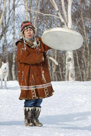 lejano oriente: KAMCHATKA, Rusia - Feb 5, 2012: Mujer en koryak vestido de baile nacional, es mejor que la pandereta y canto. Concierto koryak Grupo Folclórico Nacional de Danza. Eurasia, Lejano Oriente ruso, Kamchatka Región. Editorial