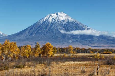 lejano oriente: Pen�nsula de Kamchatka paisaje: hermosa vista de oto�o del Volc�n koryak activo y el cielo azul en un d�a claro y soleado. Eurasia, Lejano Oriente ruso, Kamchatka Regi�n, Grupo Avachinsky-Koryaksky de los volcanes.