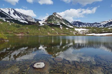 lejano oriente: paisaje de verano de la península de Kamchatka: hermosa vista de la cordillera Vachkazhets, lago de montaña y las nubes en el cielo azul en un día soleado. Eurasia, Extremo Oriente, Rusia, Kamchatsky Región.