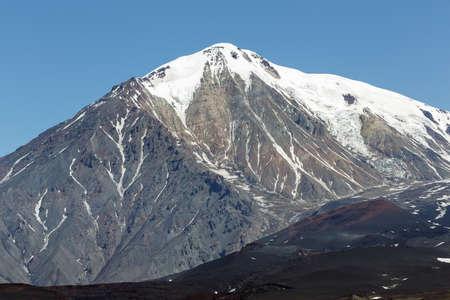 lejano oriente: hermoso paisaje volcánico de Kamchatka: vista de verano del cono del volcán Ostry Tolbachik en un clima sin nubes, claro. Eurasia, Rusia, Lejano Oriente, la península de Kamchatka, Grupo Klyuchevskaya de los volcanes.
