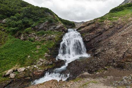 lejano oriente: Hermoso paisaje de montaña de Kamchatka: vista de verano de la pintoresca cascada en la cordillera Vachkazhets. Eurasia, Rusia, Lejano Oriente, la península de Kamchatka.