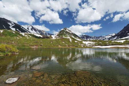lejano oriente: Verano hermoso paisaje de la península de Kamchatka: vista de la cordillera Vachkazhets, lago de montaña y las nubes en el cielo azul en un día soleado. Eurasia, Lejano Oriente ruso, Kamchatka Región.