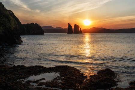 lejano oriente: Hermosa península de Kamchatka paisaje marino: Vista puesta del sol sobre las rocas de tres hermanos en Avacha Bay (Océano Pacífico). Kamchatka Región, extremo oriente de Rusia, Eurasia.