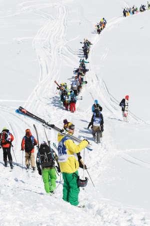 lejano oriente: Península de Kamchatka, Rusia - MARZO 9, 2014: Los esquiadores y practicantes de snowboard que suben la montaña para el freeride. Competencia Kamchatka Freeride Open Cup. Eurasia, Lejano Oriente ruso, Kamchatka Región.