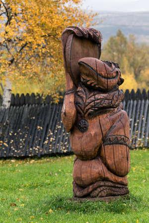エッソ村、カムチャッカ半島, RUSSIA - SEP 18, 2013: 伝統的な木製彫刻 - Kutkh - の実施形態様々 な先住民族が伝統的に崇拝されているレイヴンの精神。Byst