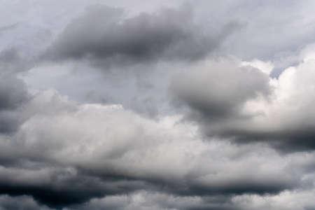 Hermosa vista del fondo de meteorología natural: impresionante paisaje de nubes, nubes dramáticas que flotan en el cielo para cambiar el clima antes de la lluvia de verano.