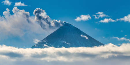 Beautiful volcano eruption, warning danger mount peak erupting ashes and volcanic gas from active crater. Stockfoto