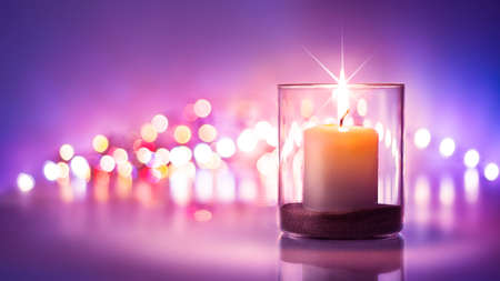velas de navidad: Noche romántica con velas y bokeh background.New año o el día de San Valentín romántico