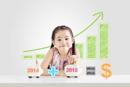 お金新しい年 2015.saving コンセプトで貯金を 2014 年から 2015年図面まで入れて小さな女の子